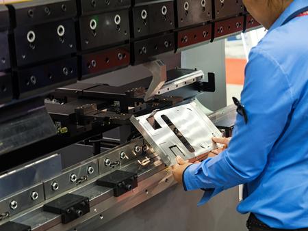 operator buigen metalen plaat door plaat buigen machine, cnc controle metalen plaat buigen machine, hoge precisie en hoge nauwkeurigheid metalen plaat buigmachine Stockfoto