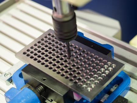 고정밀 CNC 기계, 첨단 자동차 부품 산업, 정밀 부품에 의한 고정밀 자동차 부품 제조 스톡 콘텐츠