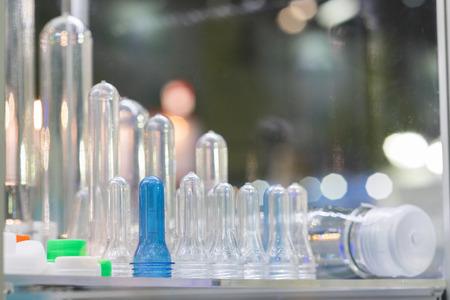 La alta tecnología botella de plástico de fabricación, la materia prima de producción de botellas de plástico, método de botellas de plástico por soplado de precisión industrial Foto de archivo