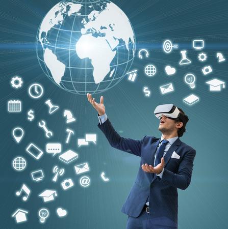 hombre de negocios uso VR virsual para futuros negocios y ganar dinero forma medios sociales, Shock actuación y VR uso, comunicación de Internet technoly VR realidad
