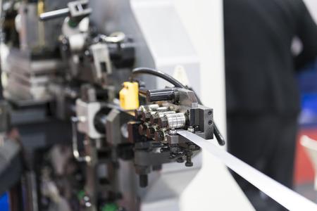CNC에 의한 자동 스탬핑 및 벤딩 기계 제어, 자동 피드 및 로딩 기계가있는 고정밀 스탬핑 부품 제조 기계