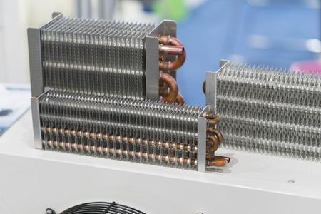 Intercambiador de calor de alta eficiencia para reducir la temperatura del agua, aceite líquido, aire para fábrica industrial. Las aletas de cobre y aluminio se ensamblan para una buena transferencia de calor. componente de la máquina de alta potencia
