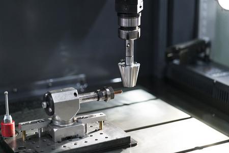 l'operatore utilizza un elettrodo EDM in rame per realizzare stampi e matrici di precisione, macchina EDM a 4 assi