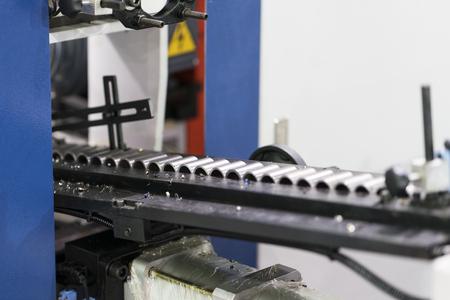 Linea di lavorazione CNC automatica con caricatore automatico. Parte di alta precisione per l'industria automobilistica. PLC e sistema di automazione della fabbrica di produzione ad alta tecnologia. linea di trasporto ad alta velocità. Archivio Fotografico