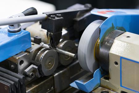 Automobilindustrielle Metallbearbeitung durch Schneidwerkzeug beim CNC-Schleifen, hochpräziser Stiftschleifprozess. Standard-Bild