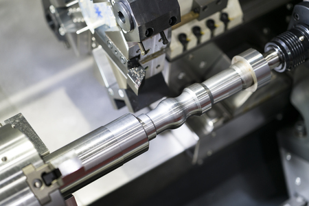Operador de mecanizado de piezas automotrices mediante torneado cnc, torneado y fresado CNC de múltiples ejes, proceso de fabricación de piezas de alta precisión con fresado por carburo de fresa Foto de archivo