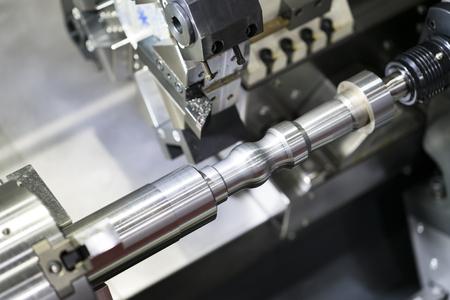Operator die auto-onderdeel machinaal bewerkt door cnc-draaimachine, CNC-draai- en freesmachine met meerdere assen, Productieproces met hoge precisie met frezen door hardmetalen frees Stockfoto