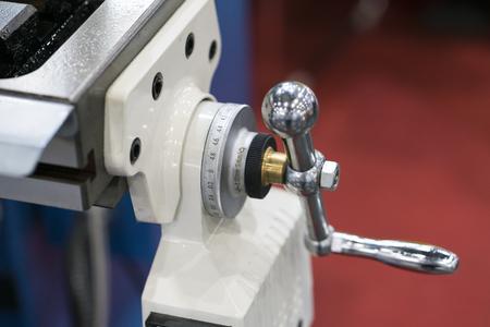 Manuelle Fräsmaschine mit automatischem Bohrvorschub und automatischer Tischbewegung durch Servomotor. Griff zur Kontrolle der manuellen Zufuhr von Dirll und Schneiden. skalieren, um den Abstand zu überprüfen. Standard-Bild