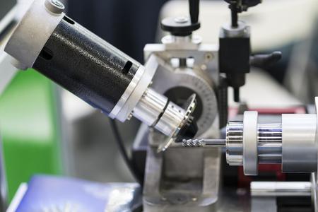 Hochpräzises Hartmetall-Schneidwerkzeugschleifen mit einer automatischen CNC-Schleifmaschine. Hochgenaues Werkzeugschleifverfahren für den industriellen Einsatz. Standard-Bild