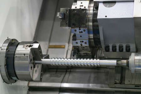 Operator machining automotive part by cnc turning machine, Multi axis CNC turning and milling machine, High precision part manufacturing process with milling by endmill carbide Stockfoto