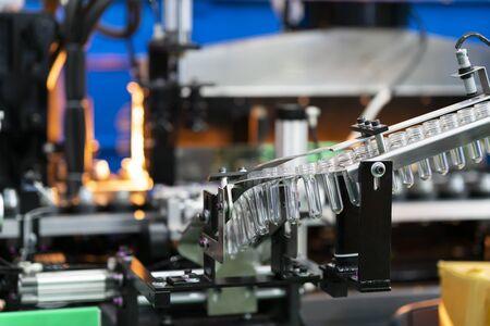 Fabricación de soplado en caliente de botellas de plástico, molde de soplado de botellas, máquina de producción de botellas Foto de archivo