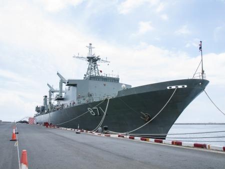 港に戦艦をドッキングしました。船首のアンカー