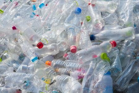リサイクル プラスチック製の水ボトルのテクスチャーと背景
