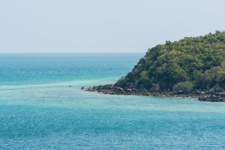 onbewoond: Mooie onbewoond eiland blauwe zee in Thailand