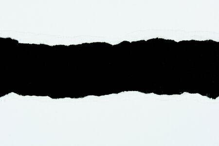 lacrime: strappare pezzi di carta bianchi di carta su sfondo nero