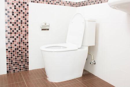 Sanitair Nieuwe badkamer wit toiletpapier op wit