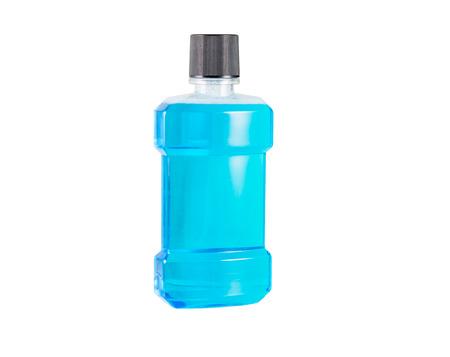 enjuague bucal: Enjuague bucal de agua azul aislado en el fondo blanco