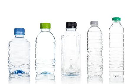 kunststoff: Plastikwasserflasche isoliert über weißem Hintergrund