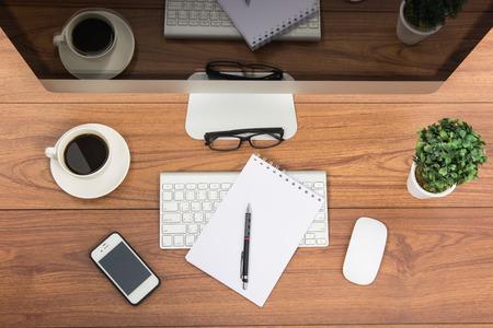 monitor de computadora: Negocios en el cargo vista superior monitor de ordenador de mesa de madera Foto de archivo
