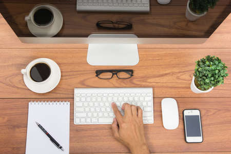 arbol de cafe: Negocios en el cargo vista superior monitor de ordenador de mesa de madera Foto de archivo