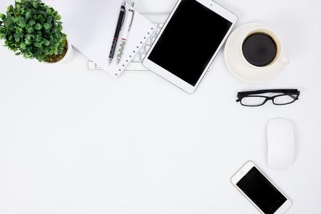 Obchodní stůl s klávesnicí, myší a pero na bílém stole
