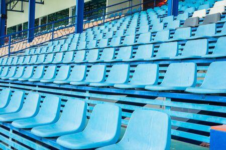 gradas estadio: Sillas de pl�stico del estadio Sport en gradas ver fila Foto de archivo
