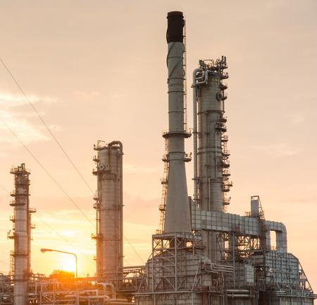 industria petroquimica: Luz de la central el�ctrica de la industria petroqu�mica en la puesta del sol de Tailandia