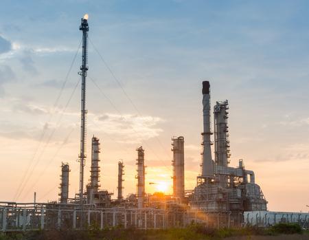 industria petroquimica: Luz de la central eléctrica de la industria petroquímica en la puesta del sol de Tailandia