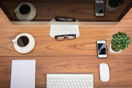 arbre vue dessus: bureau d'affaires vue de dessus moniteur d'ordinateur sur la table en bois
