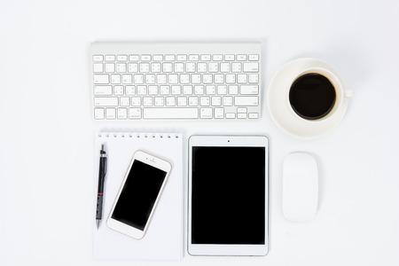 teclado: Mesa de negocios con un teclado, ratón y lápiz sobre tabla blanco