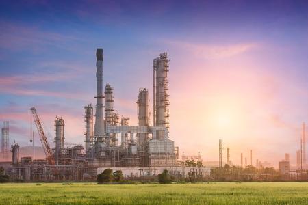 productos quimicos: Estación de energía de la planta industrial y la luz del sol