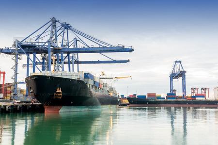 camion grua: Comercio puerto asia mientras cargar el trabajo de Tailandia