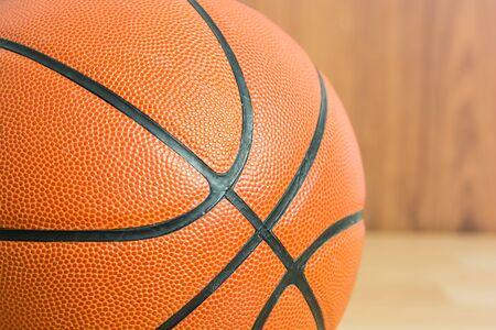 baloncesto: Cierre de baloncesto en el fondo de madera piso Foto de archivo