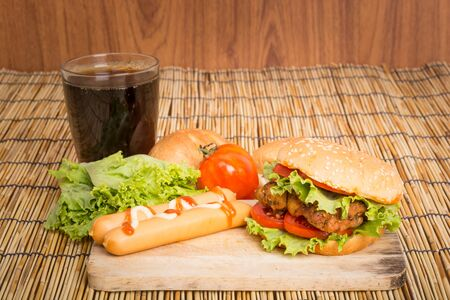 sandwich de pollo: Hamburguesa grande cl�sico en un fondo de madera