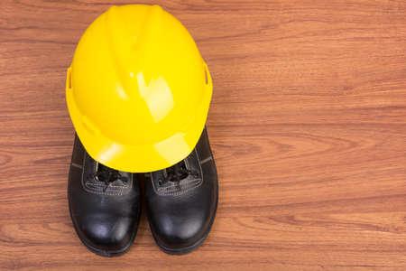 calzado de seguridad: Top zapatos de vista de la seguridad y la composición de las herramientas de trabajo en mesa de madera