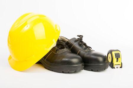 calzado de seguridad: Sombrero amarillo duro y herramientas en el fondo blanco