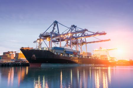 camion grua: Contenedores de carga con grúa o el comercio puerto al amanecer