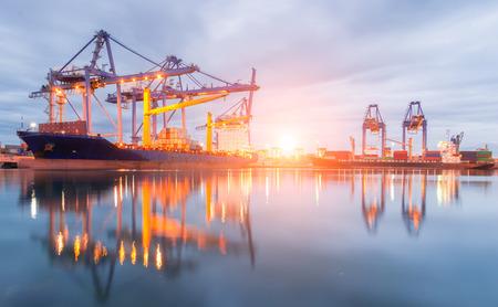 carga: Los contenedores que cargan el envío por la grúa en la mañana o Puerto Comercial Foto de archivo