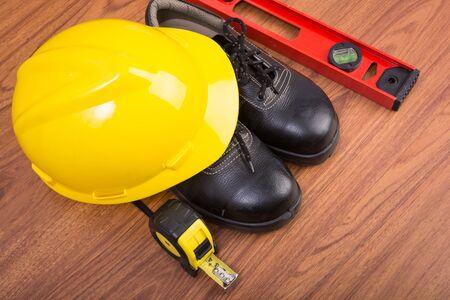 zapatos de seguridad: Top zapatos de vista de la seguridad y la composición de las herramientas de trabajo en mesa de madera