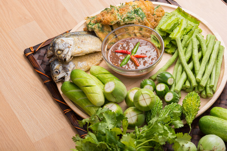 Pasta de chile y el huevo con la caballa frito, comida tailandesa vegetal