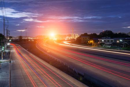 industria petroquimica: Hermosa iluminaci�n de la refiner�a de petr�leo petroqu�mica planta con el transporte