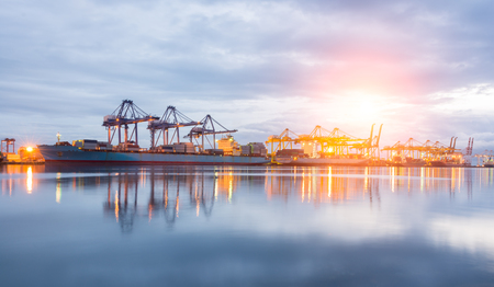 Załadunku kontenerów Wysyłka dźwigiem w godzinach porannych lub Port Trade Zdjęcie Seryjne