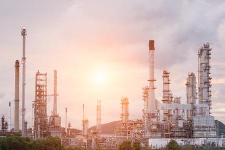 industria petroquimica: F�brica de refiner�a de petr�leo en la ma�ana y la salida del sol, petr�leo, plantas petroqu�micas