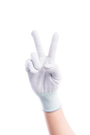 alzando la mano: Mostrar Manos de dos dedos con guantes de algodón aislado sobre fondo blanco