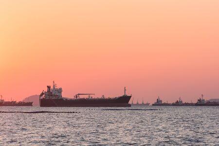 Silhouette Öltanker, Gastanker mit Containerschiff