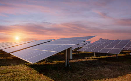 Pannelli fotovoltaici di energia solare e la luce del sole al tramonto