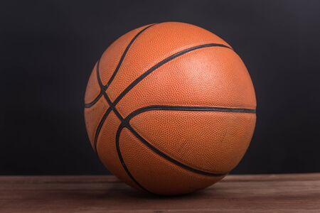 Closeup vieux basket basket-ball sur fond en bois et noir