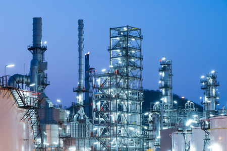 Oil Industry Refinery factory at Sunset, Petroleum, petrochemical plant Imagens