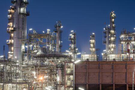destilacion: Fábrica de refinería de petróleo en la puesta del sol, petróleo, plantas petroquímicas