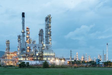 industria petroquimica: Refinería de petróleo torre de planta - industria petroquímica